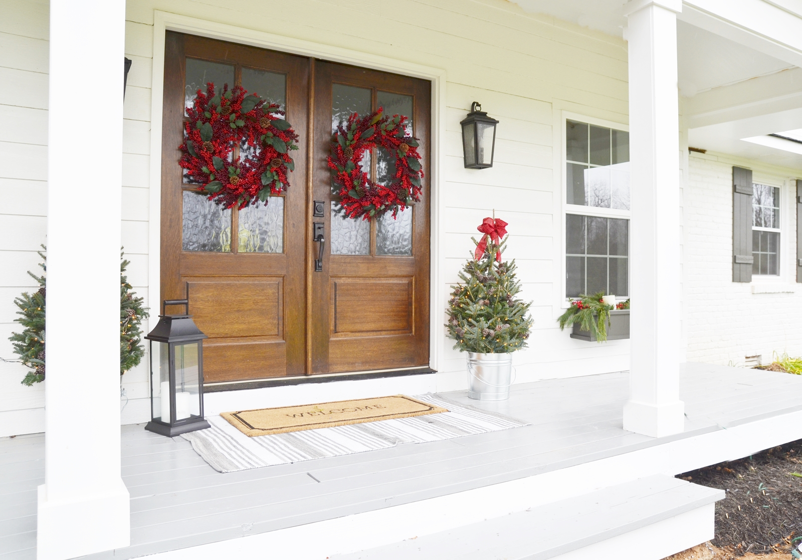 Our farmhouse christmas front porch beneath my heart for Farmhouse front porch pictures